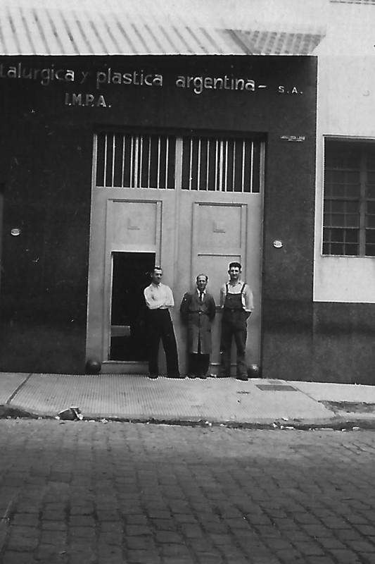 """""""El mudo"""" y dos de los hermanos Hubeli, trabajadores de IMPA de la primera etapa en la puerta de la fábrica. Foto: Archivo Familia Hubeli"""